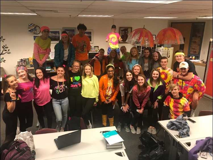 StuCo+on+Tuesday%27s+spirit+day%2C+Neon+80%27s.+